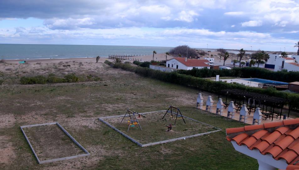 Edificacions i serveis pròxims a l'actual línia costanera, a la urbanització de Riumar.