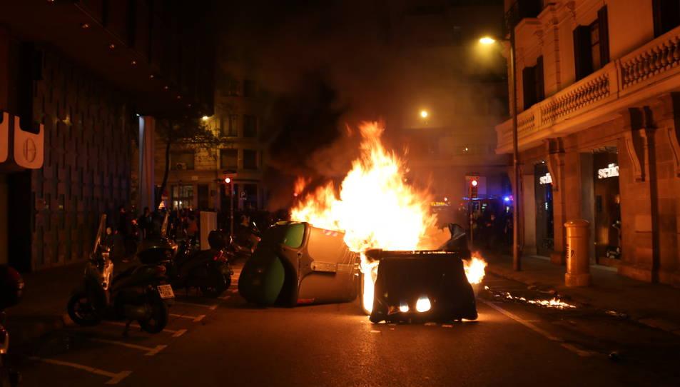 Cremen contenidors durant la protesta proHasel a Barcelona.