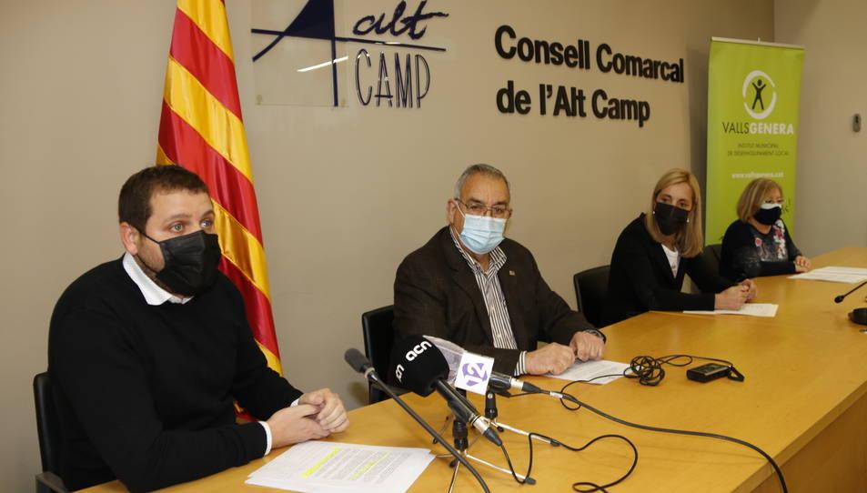Robert Figueras, conseller d'Ocupació del Consell Comarcal, amb el president Mateu Montserrat, l'alcaldessa de Valls, Dolors Farré, i la regidora Rosa M. Rovira.