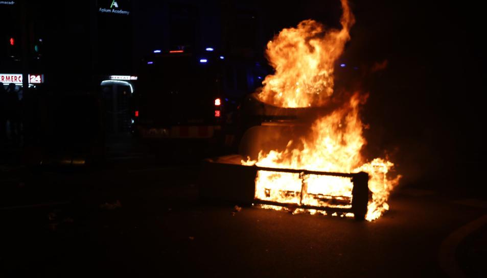Objectes cremant durant la protesta.