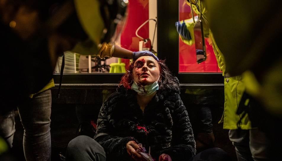 La dona ferida al ull al terra el primer dia de mobilitzacions contra l'empresonament de Pablo Hasel a Barcelona.