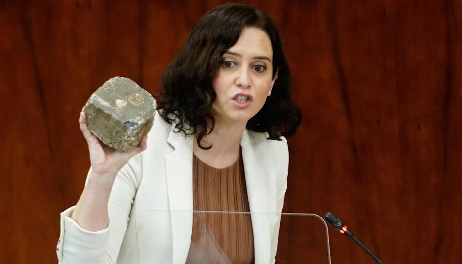 La presidenta de la Comunitat de Madrid, Isabel Díaz Ayuso, mostra a l'Assemblea de Madrid una llamborda suposadament utilitzada als disturbis