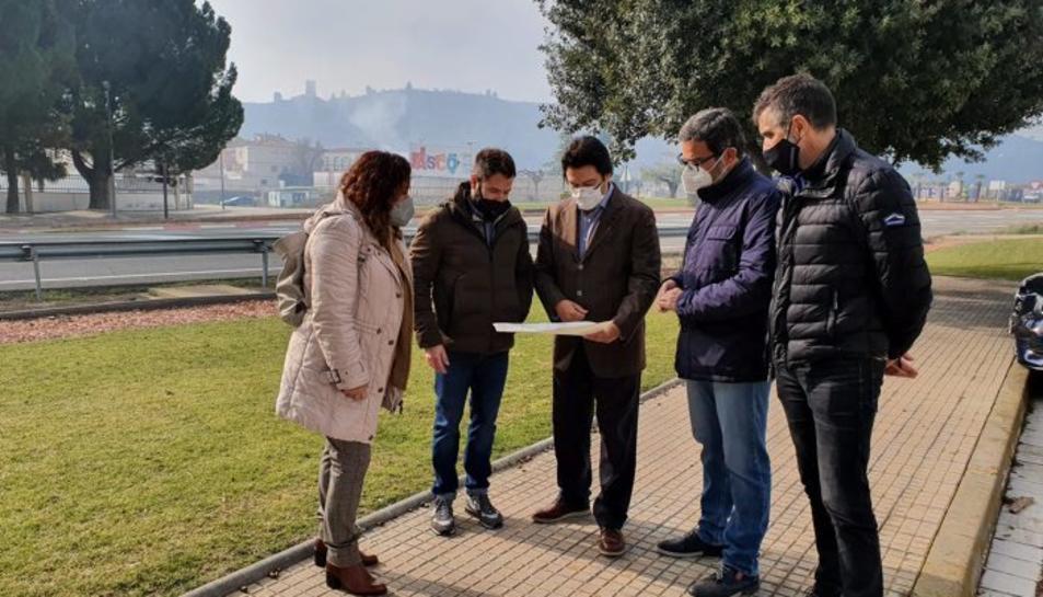 El secretari d'Infraestructures i Mobilitat, Isidre Gavín, visita l'àmbit on es construirà una nova rotonda, juntament amb l'alcalde, Miquel Àngel Ribes.
