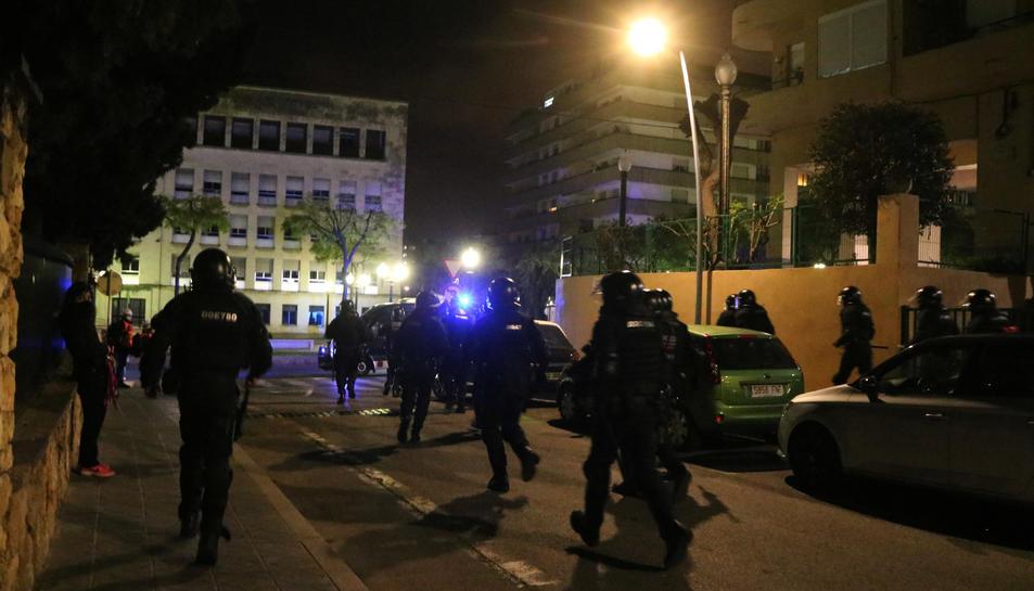 Els efectius de la BRIMO corrent darrera dels manifestants que han protestat en el cinquè dia de les mobilitzacions contra l'empresonament de Pablo Hásel.