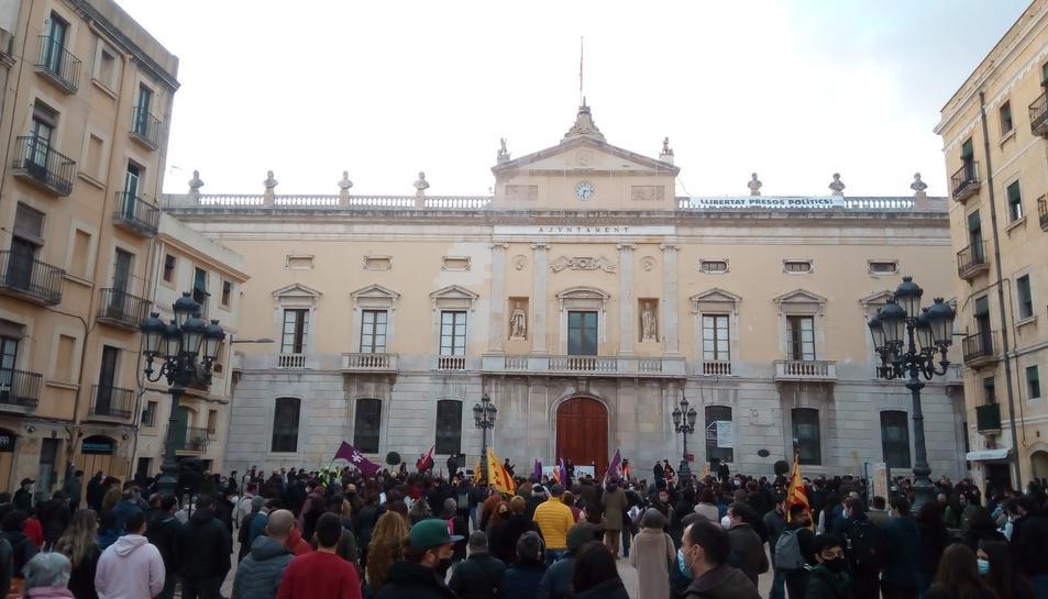 Els manifestants reunits a la Plaça de la Font.