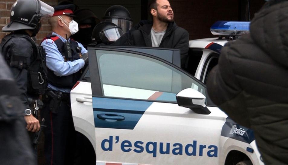 Captura de pantalla del moment en què els Mossos d'Esquadra s'emporten detingut el raper Pablo Hasel,
