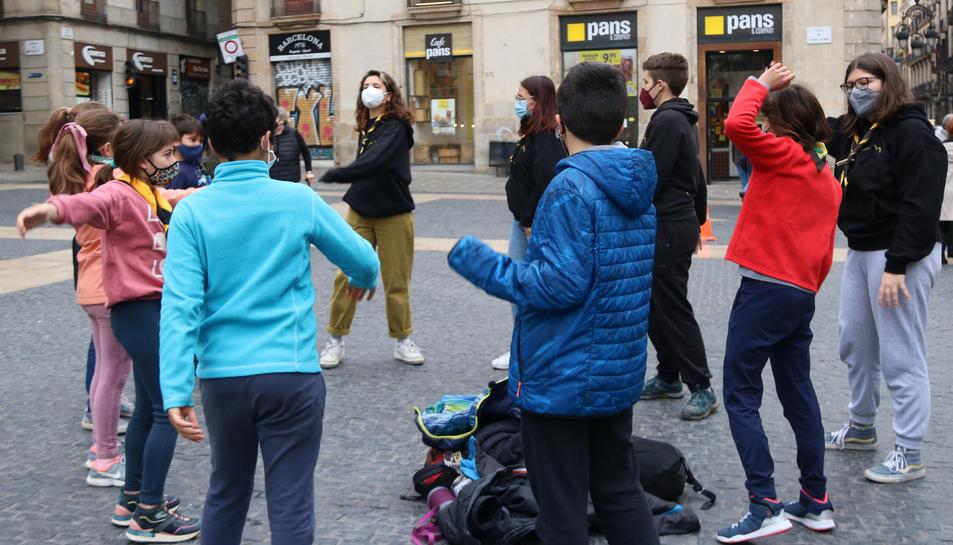 Imatge de la concentració d'esplais a Barcelona, realitzant activitats amb nens.
