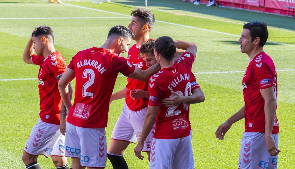 Jugadors del Nàstic celebren un gol anotat per Fran Carbia aquesta temporada.