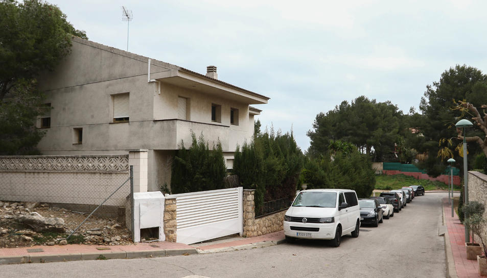 Imatge de l'habitatge ocupat il·legalment des de fa una setmana al carrer del Falciot de Boscos.