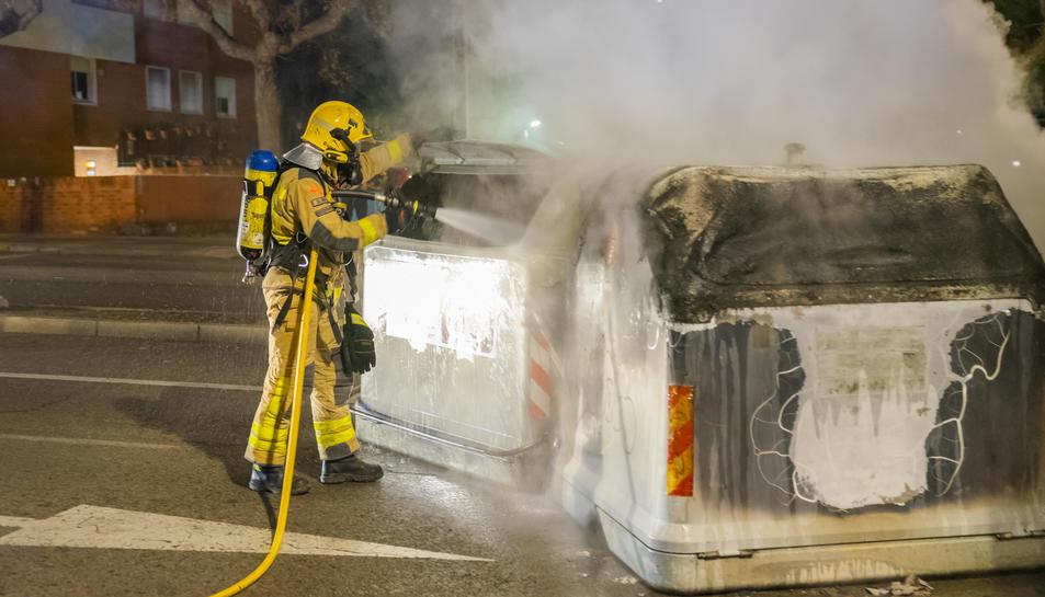 Imatge d'arxiu dels contenidors cremats a l'Avinguda Catalunya el passat dijous 18 de febrer.