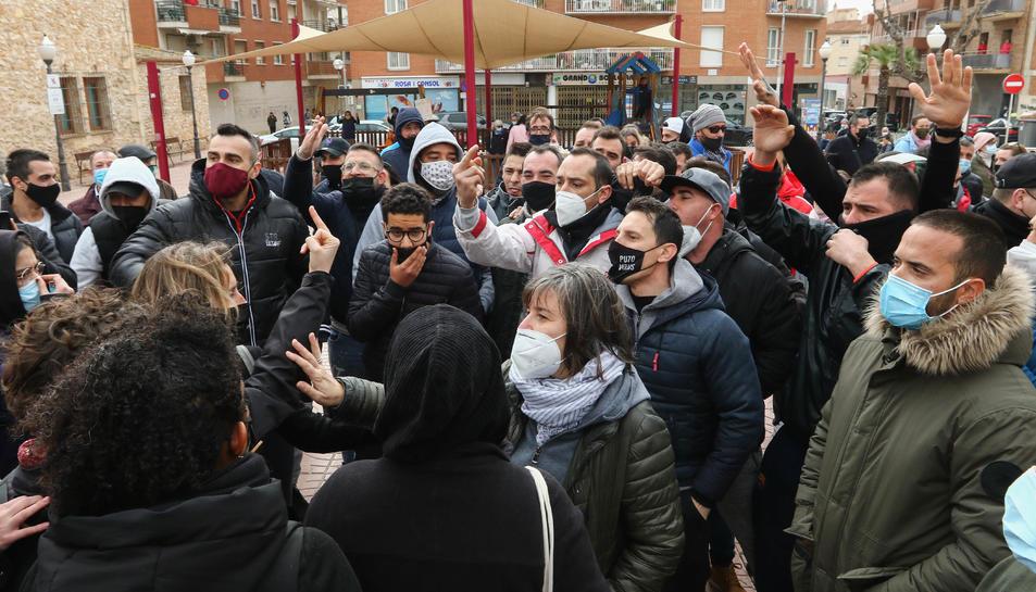 Un dels moments de discussió entre els antifeixistes i els veïns de Torredembarra.