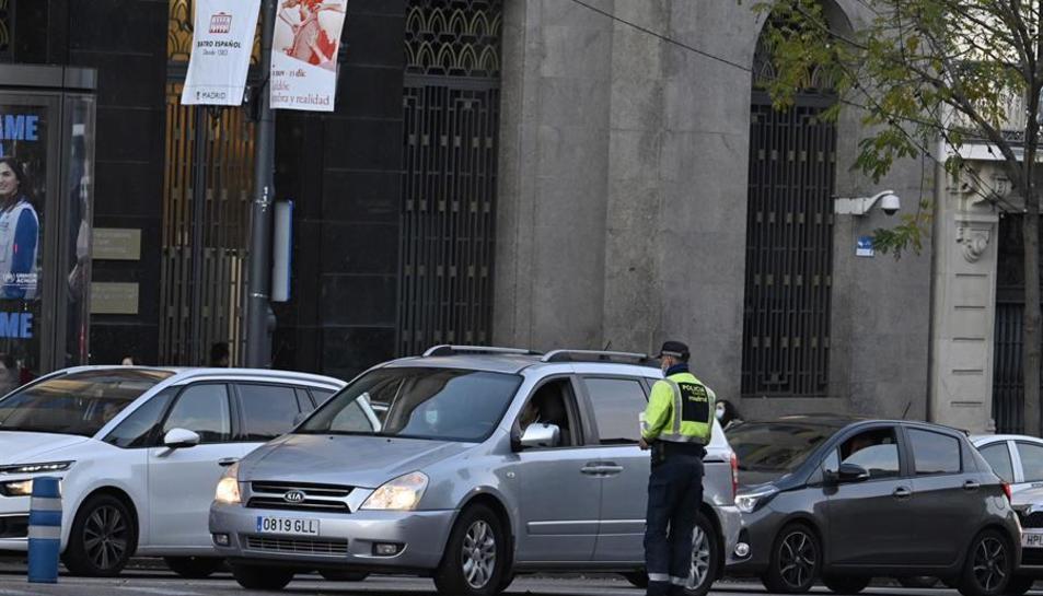 La Policia Municipal de Madrid, fent un control a cotxes.