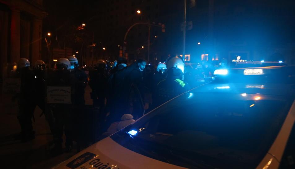 Els Mossos d'Esquadra detenint una persona en el marc dels aldarulls de Barcelona.
