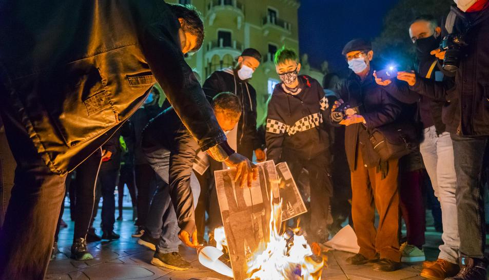 L'acte a la ciutat de Tarragona ha consistit en la crema de fotografies dels Borbons a la Rambla.