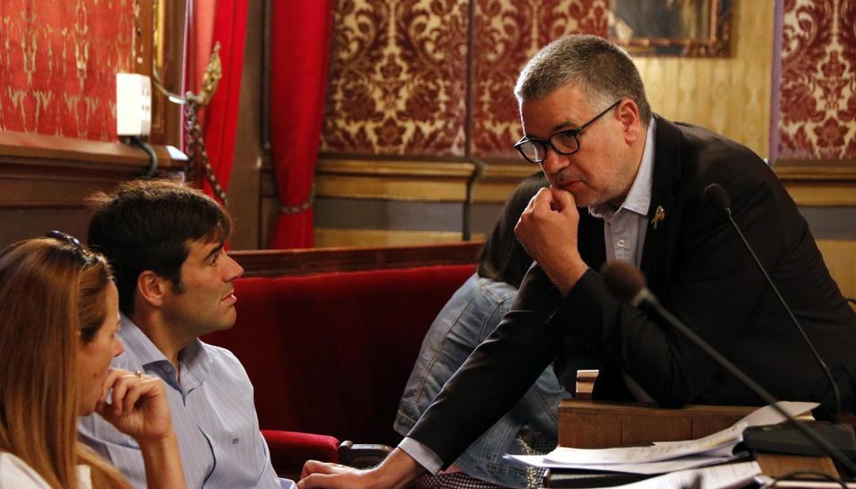 Imatge d'arxiu de l'alcalde Pau Ricomà parlant amb Dídac Nadal, portaveu de Junts per Tarragona.