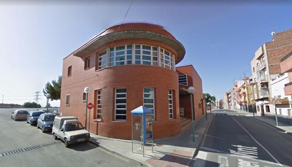 La Llar de Jubilats de Bonavista, al número 27 del carrer Vint, porta tancada des de fa un any.