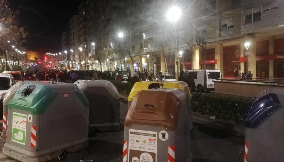 Contenidors al mig de l'Avinguda Catalunya durant una protesta proHasel.