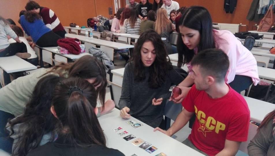 Alumnes d'Història de la Comunicació de la URV jugant amb el seu propi Timeline dissenyat per ells sobre el temari de l'assignatura.