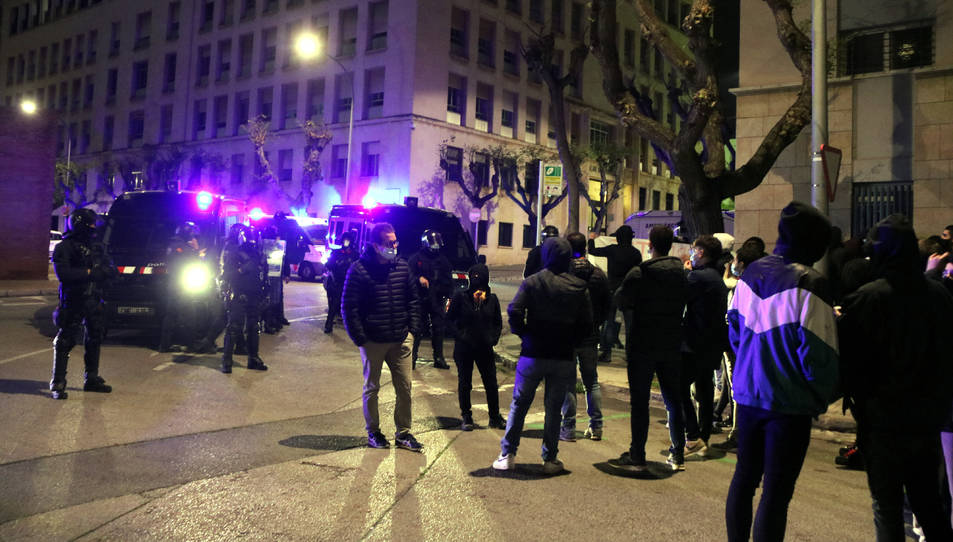 Manifestants davant agents i furgonetes dels Mossos d'Esquadra que custodien el Palau de Justícia de Tarragona.