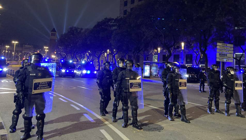 Agents dels Mossos d'Esquadra seguint la manifestació contra l'empresonament de Pablo Hasel