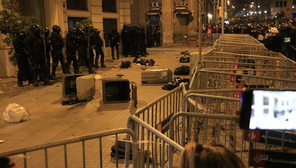 La Prefectura de la Policia Nacional a Via Laietana, on els manifestants han tirat escombraries i altres materials.