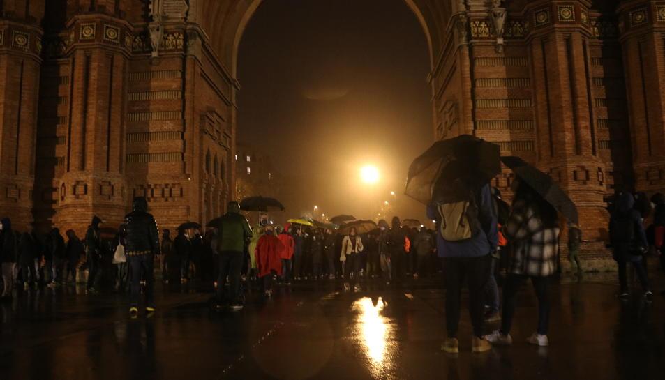 Concentrats a l'Arc de Triomf de Barcelona per protestar per l'empresonament del cantant de rap lleidatà Pablo Hasel.