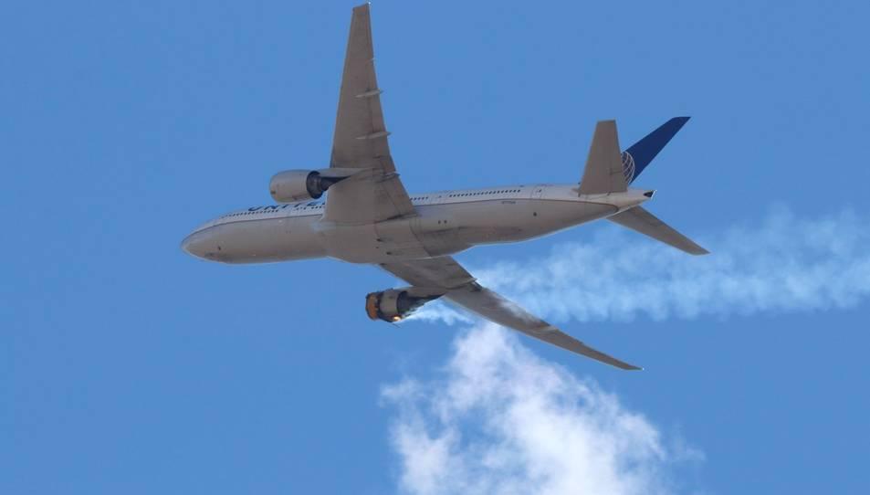 Una imatge de la fallada del Boeing 777-200 que va enlairar de l'aeroport internacional de Denver, aquest dissabte.