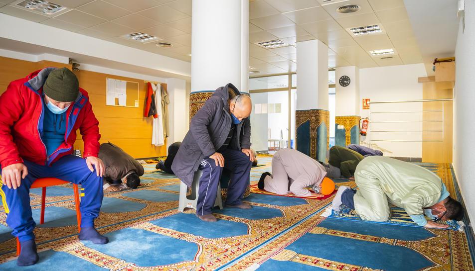 Imatge d'un grup de musulmans resant ahir a la tarda a la mesquita de Sant Pere i Sant Pau.