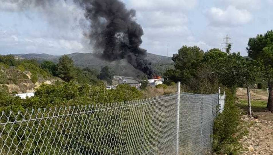L'incendi ha provocat una columna de fum que s'ha pogut veure des de la Pobla de Montornès.