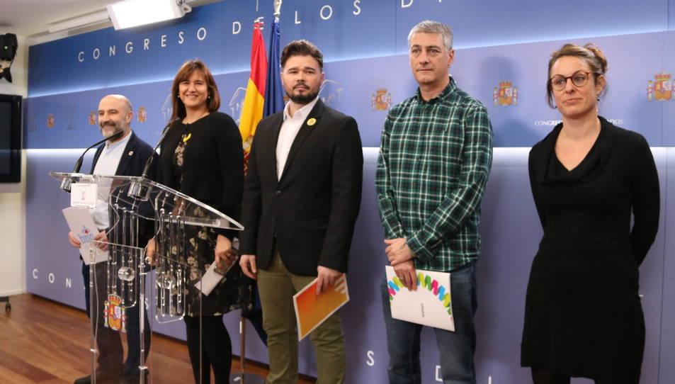 Mireia Vehí (CUP), Oskar Matute (EH Bildu), Gabriel Rufián (ERC), Laura Borràs (JxCat) i Nestor Rego (BNG) a la sala de premsa del Congrés.