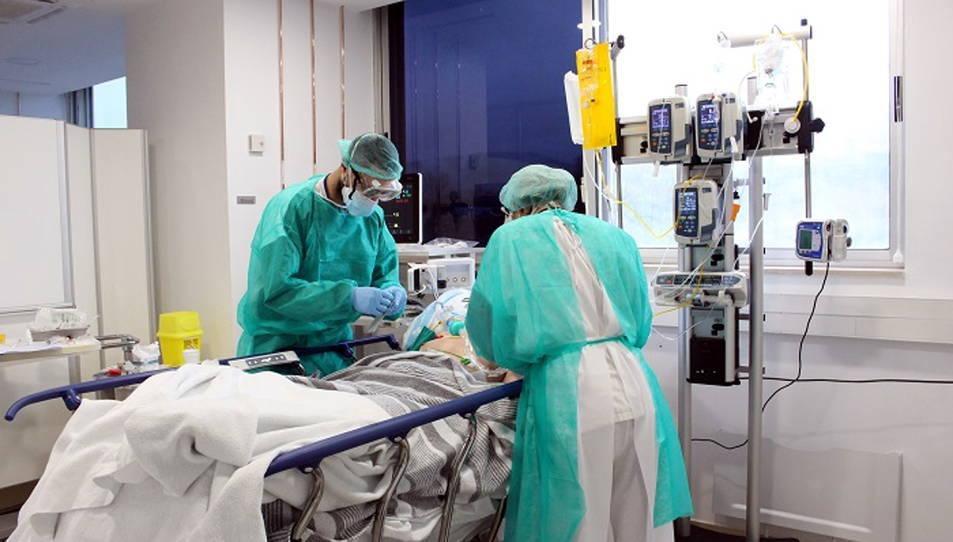 Professionals del Trueta atenent malalts de covid-19 a les UCI.