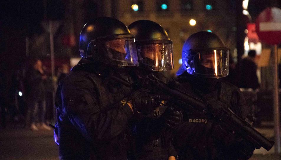 Tres antiavalots dels Mossos amb pistoles de foam al centre de Barcelona.