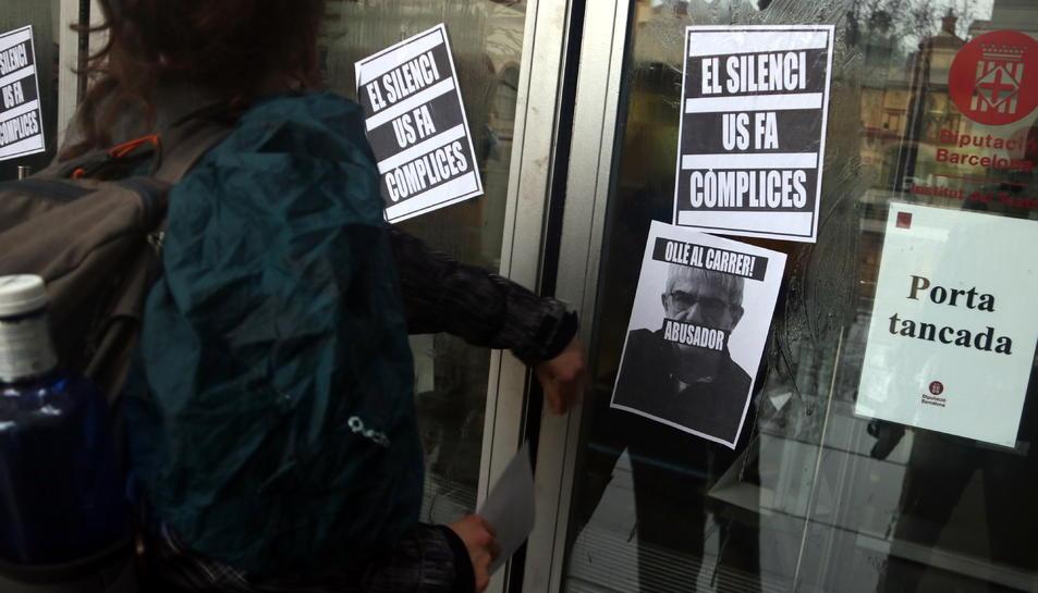 Alumnes de l'Institut del Teatre enganxen cartells a la porta del centre per denunciar els presumptes casos d'abús de poder i assetjament.