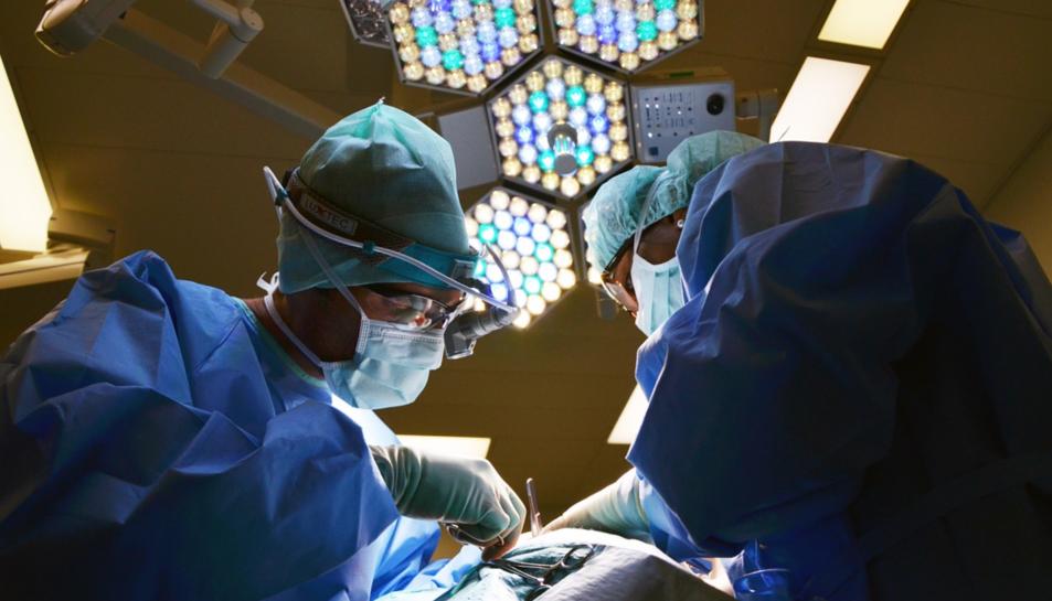 Una intervenció quirúrgica en una imatge d'arxiu.