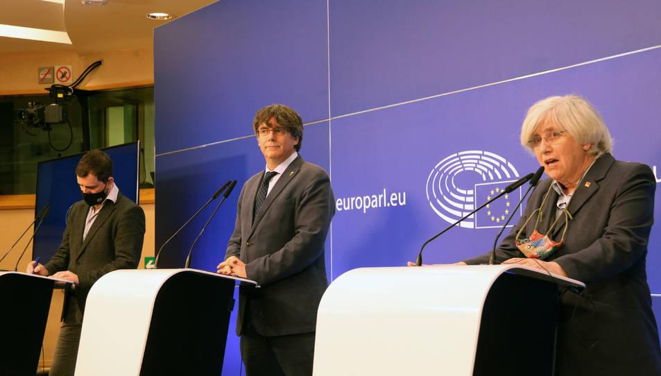 Els eurodiputats de JxCat Carles Puigdemont, Toni Comín i Clara Ponsatí durant la roda de premsa a l'Eurocambra.