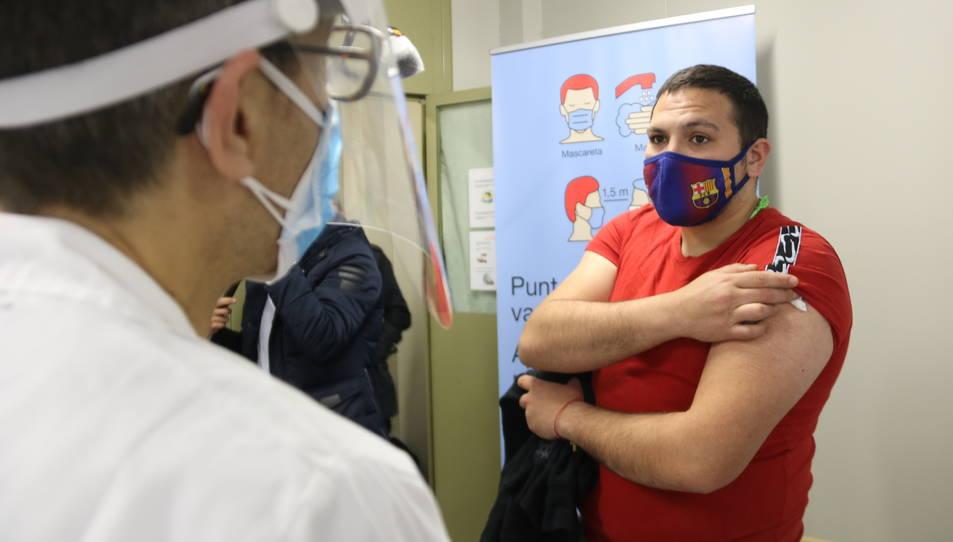 Un intern rebent les explicacions sobre la vacunació contra la covid-19 al centre penitenciari de Quatre Camins.