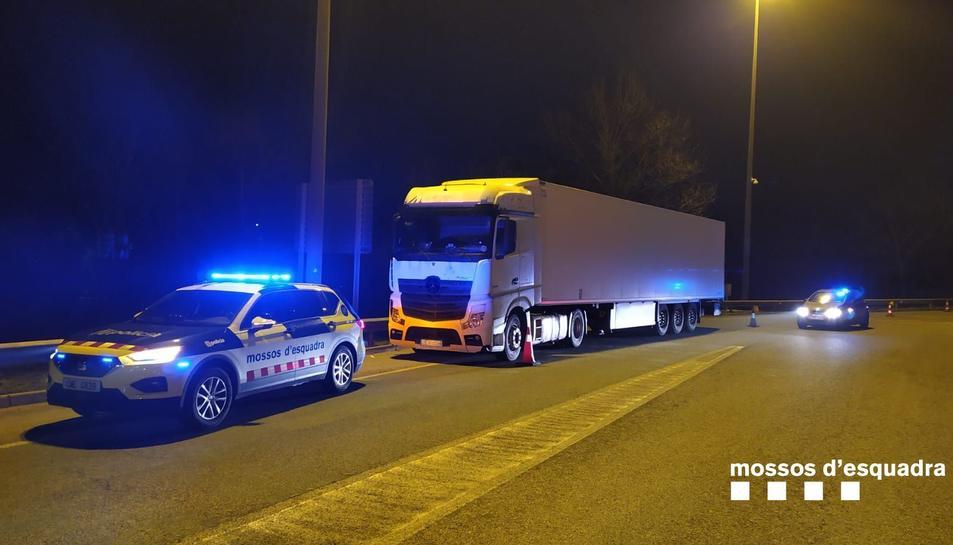 Els Mossos d'Esquadra després d'aturar a Viladasens el camioner que feia ziga-zagues per l'AP-7.