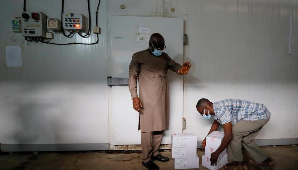 Un treballador es prepara per emmagatzemar caixes de vacunes en una cambra frigorífica a Ghana.