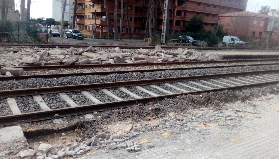 Obres a la via del tren a l'altura del carrer de Pere Martell, on ja s'han enderrocat les andanes.