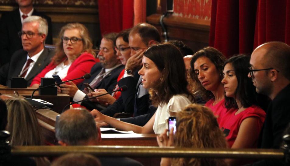 Pinedo mirant a Carla Aguilar en un ple a l'Ajuntament.