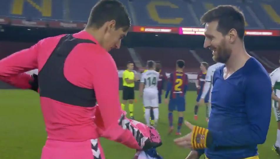Edgar Badia li entrega la samarreta a un Messi feliç.