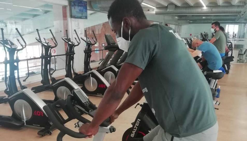 L'usuari pot gaudir d'un entrenament amb bicicleta estàtica adaptat a les seves necessitats.