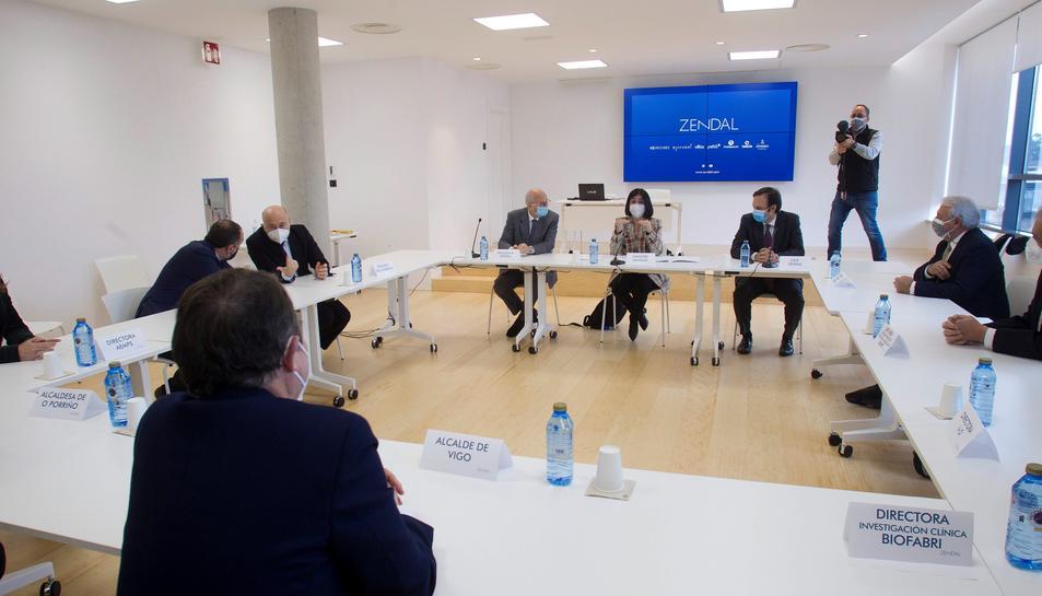 La ministra de Sanitat, CarolinaDarias, durant la visita Zendal, Galícia.