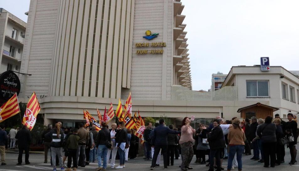 Imatge dels treballadors protestant davant l'Hotel Don Juan.