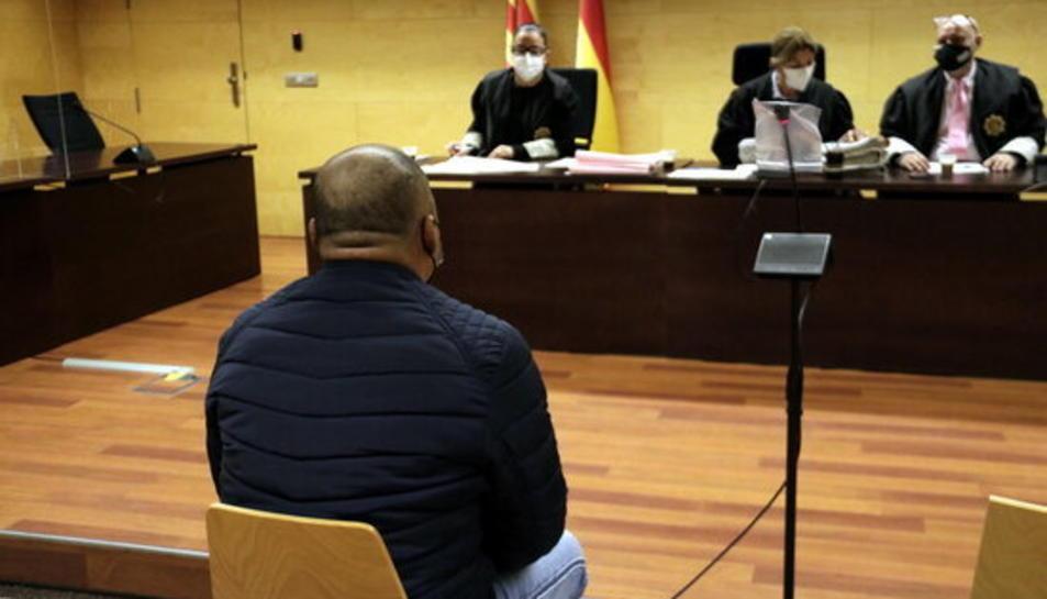 D'esquenes, l'acusat d'abusar sexualment de la fillastra a Girona.