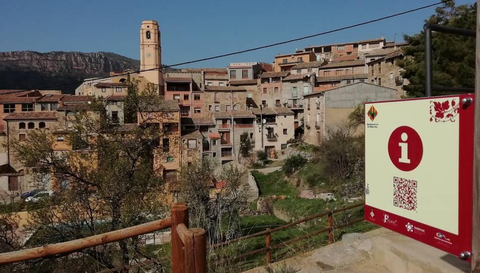 Imatge d'un codi QR instal·lat a l'entrada de la Vilella Alta, al Priorat, que dona accés a tota la informació turística.