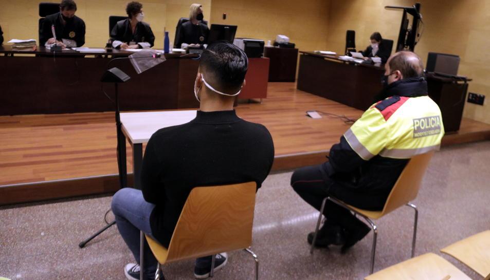 D'esquenes, el violador reincident Edwin Enrique Granda durant el judici a l'Audiència de Girona.