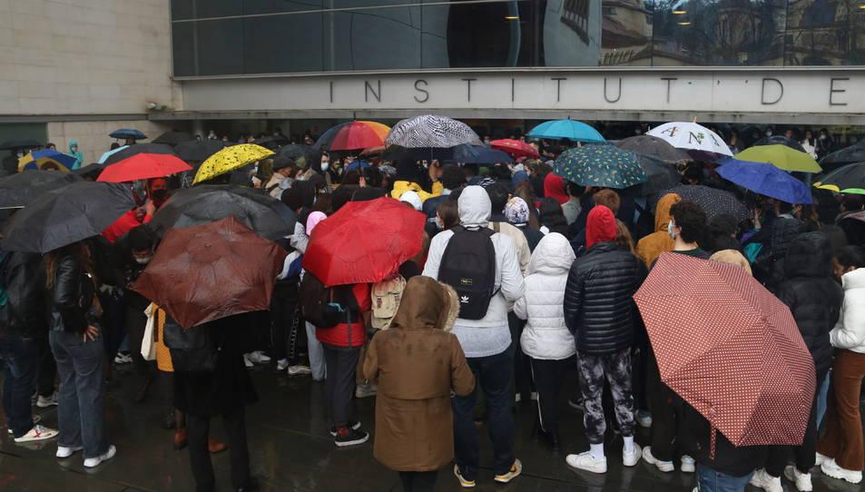 Concentració d'alumnes i exalumnes de l'Institut del Teatre a la porta del centre per denunciar els presumptes casos d'abús de poder i assetjament.