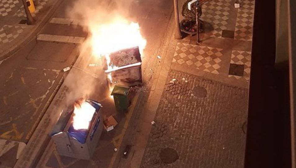 Un carrer de Granada amb contenidors encesos la nit del 16 de febrer de 2021 durant una protesta a favor de Pablo Hasel.