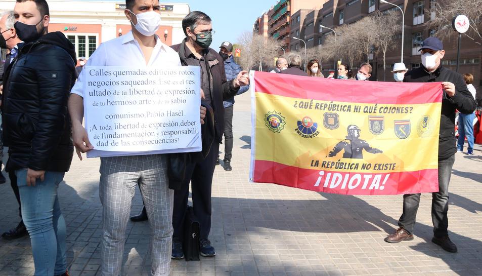 Diversos concentrats sostenen pancartes a la concentració contra els talls de la Meridiana.